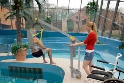 Klassische Standard-Einhängevorrichtung , Der Schwimmbadlifter , Badehebetuch , Das Badehebetuch mit Kopfstütze